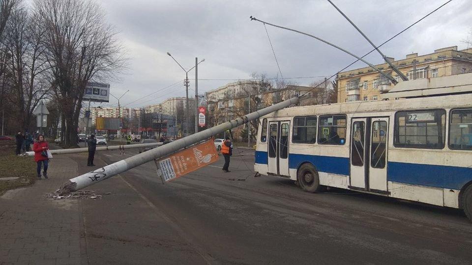 Падіння електроопори, фото Андрія Білого, ЛМР