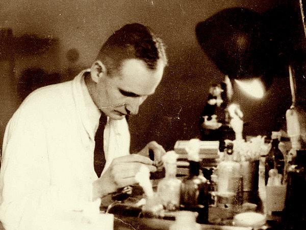 Мосінг за роботою в лабораторії, фото Вікіпедії