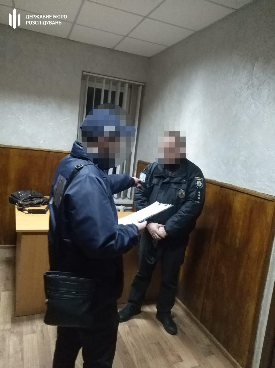 Затримання правоохоронця, що вимагав хабар. Фото - dbr.gov.ua