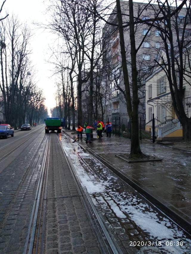 Комунальники дезінфікують Львів, фото ЛМР