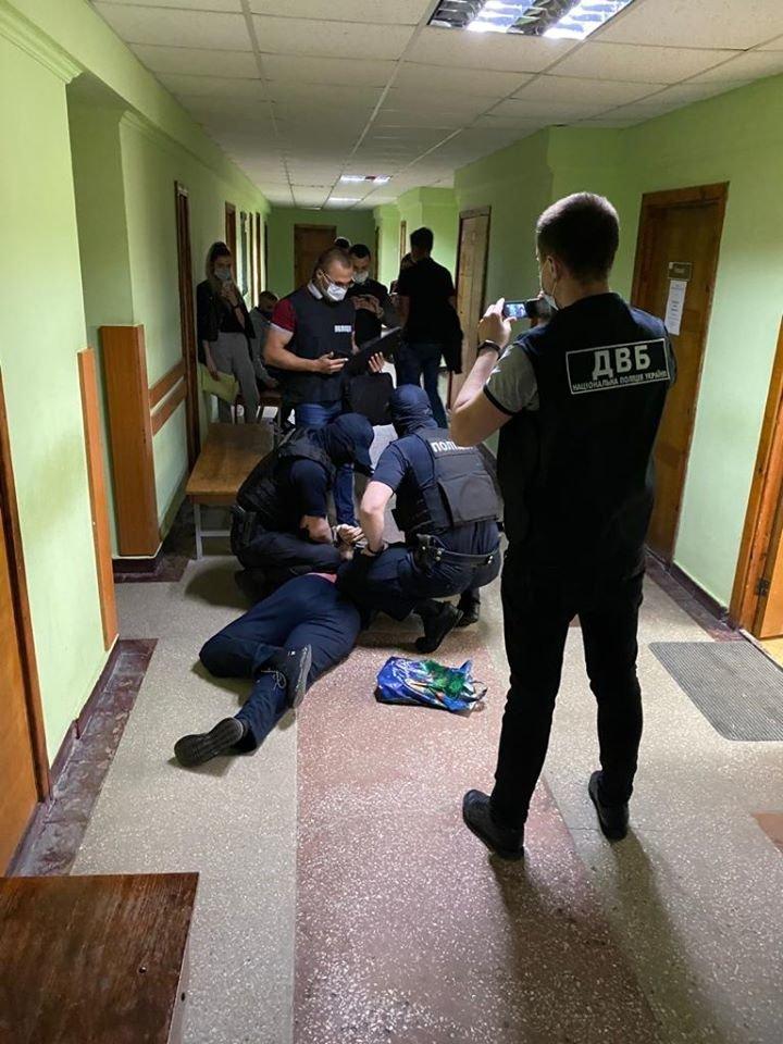 """Затримання хабарника """"на гарячому"""", фото поліції"""