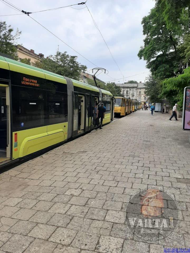 """Простій трамваїв на вулиці Бандери. Фото - """"Варта-1"""""""