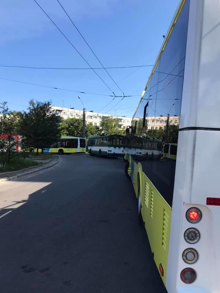 Зупинка тролейбусів №13 на вул. Грінченка у Львові. Фото - Vasyl Tymoshenko