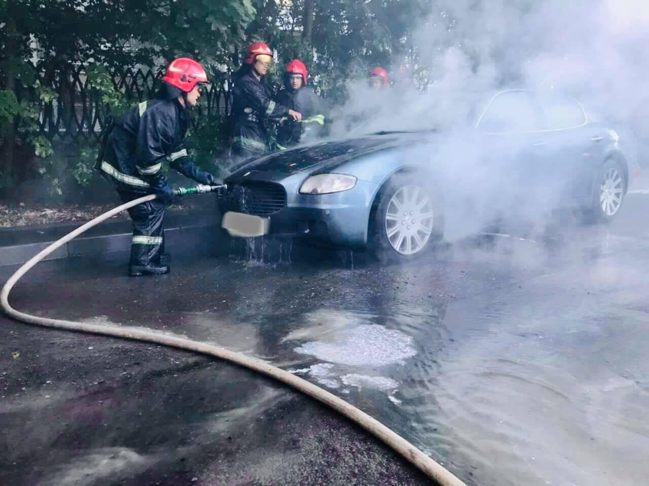 У Львові загорівся Maserati Quattroporte. Фото - ДСНС Львівщини