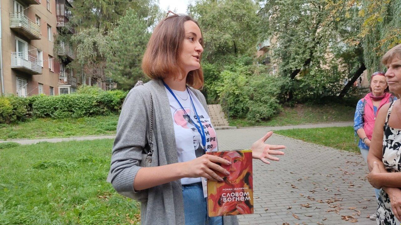 Юлія Лоштин із книгою Романа Іваничука, фото 032.ua
