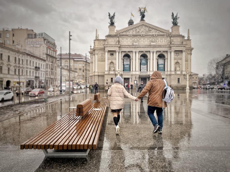 10-метрова лавка на площі перед Оперним театром, Фото: Антон Коломєйцев, фейсбук