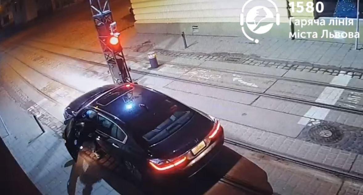 Авто врізалося у болард у Львові, Скріншот з відео