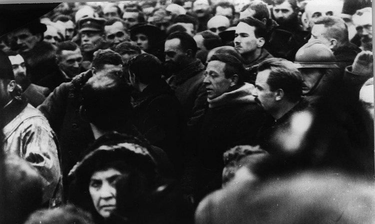 Молебень на Софійській площі в Києві. У центрі - Симон Петлюра та Володимир Винниченко. 22 січня 1919 року., Фото: Історична правда