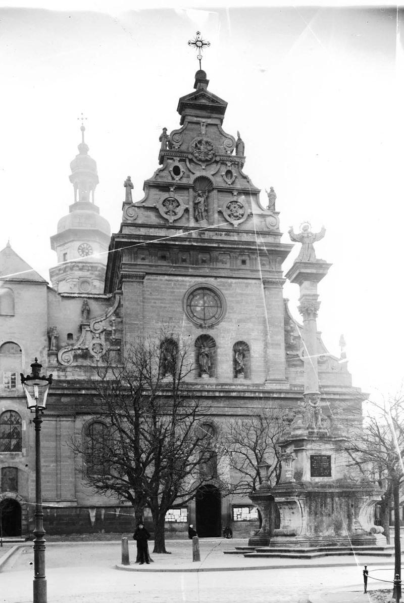 Бернардинський костел та колона зі святим Йоаном з Дуклі, Фото: photo-lviv.in.ua