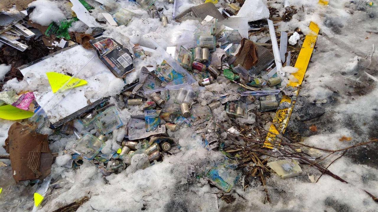 На території смт Брюховичі виявили небезпечні відходи, Фото: Державна екологічна інспекція у Львівській області