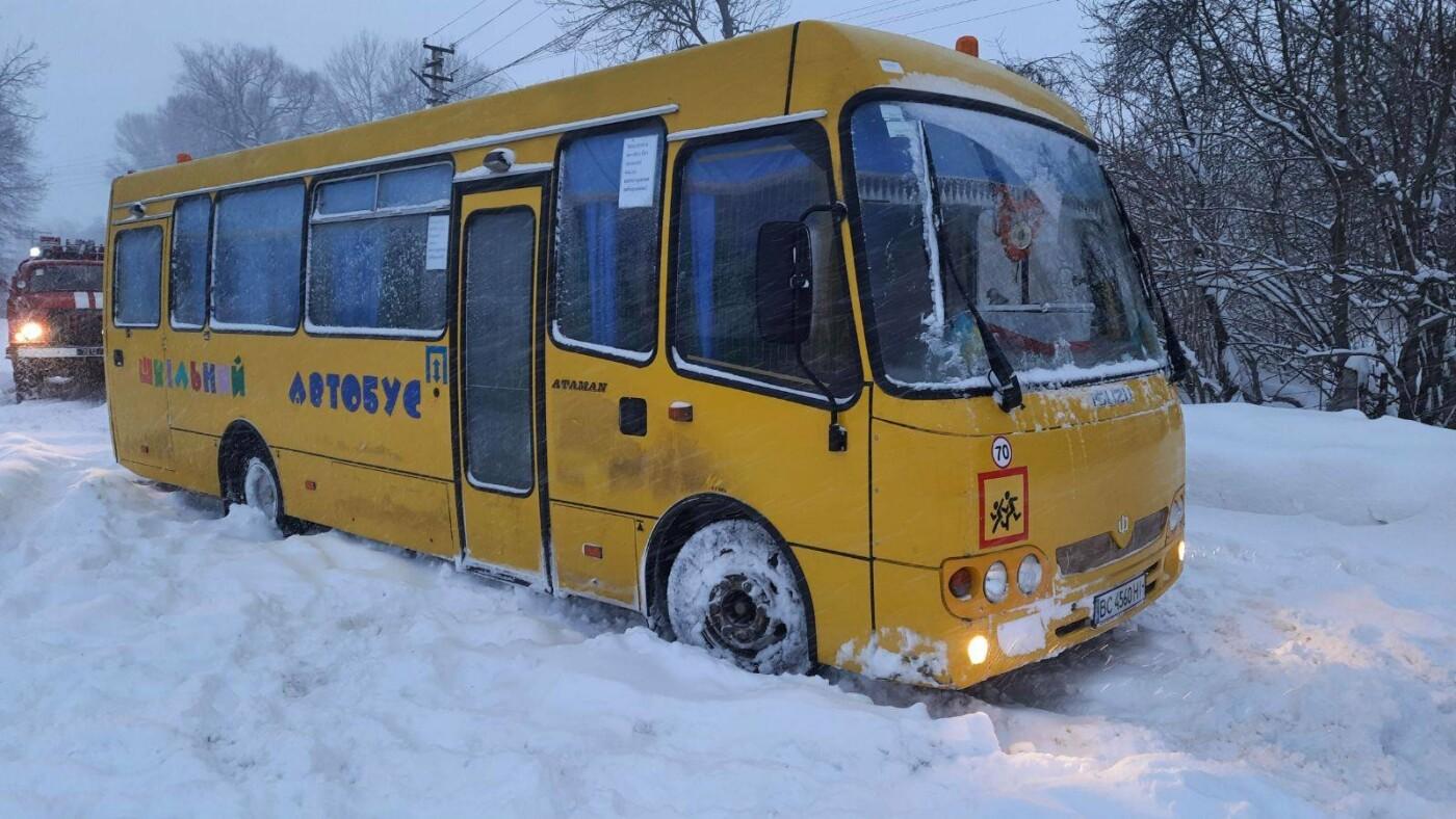 Автобус застряг у с. Ракобовти, Фото: ДСНС Львівщини