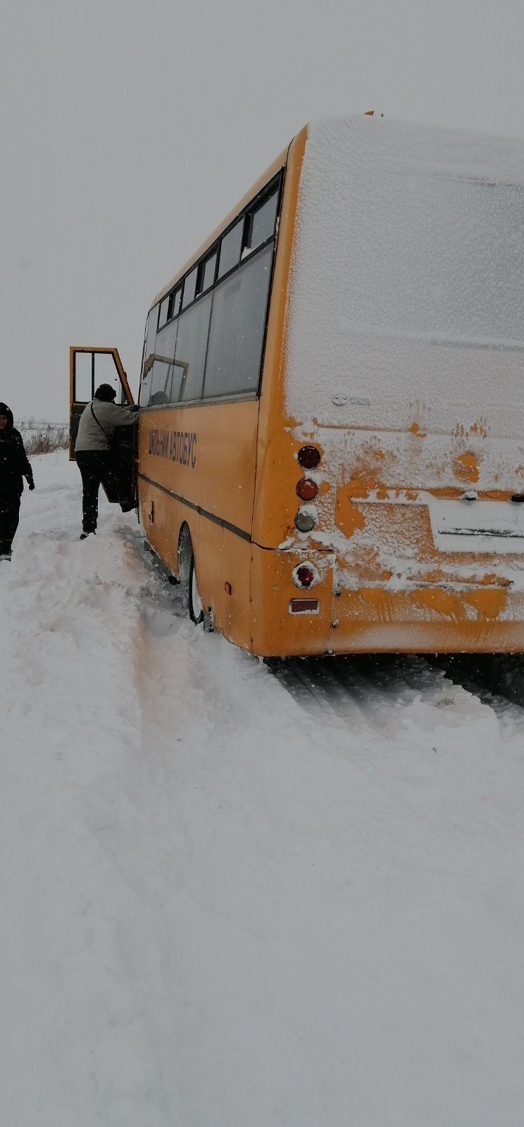 Автобус застряг у снігу в с. Угерсько, Фото: ДСНС Львівщини