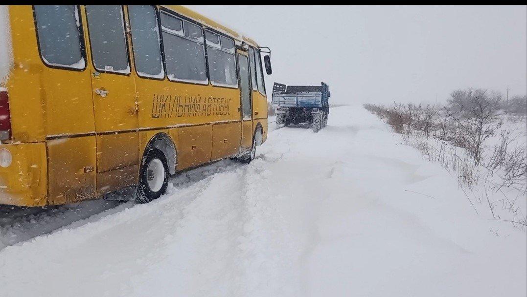 Автобус застряг між селами Мала Горожанна та Колодруби, Фото: ДСНС Львівщини