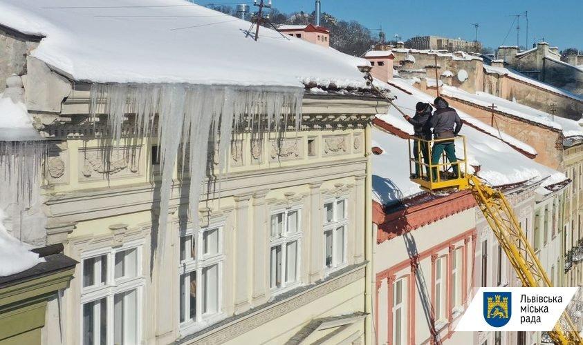 Комунальники очищують дахи Львова від буруль, Фото - ЛМР