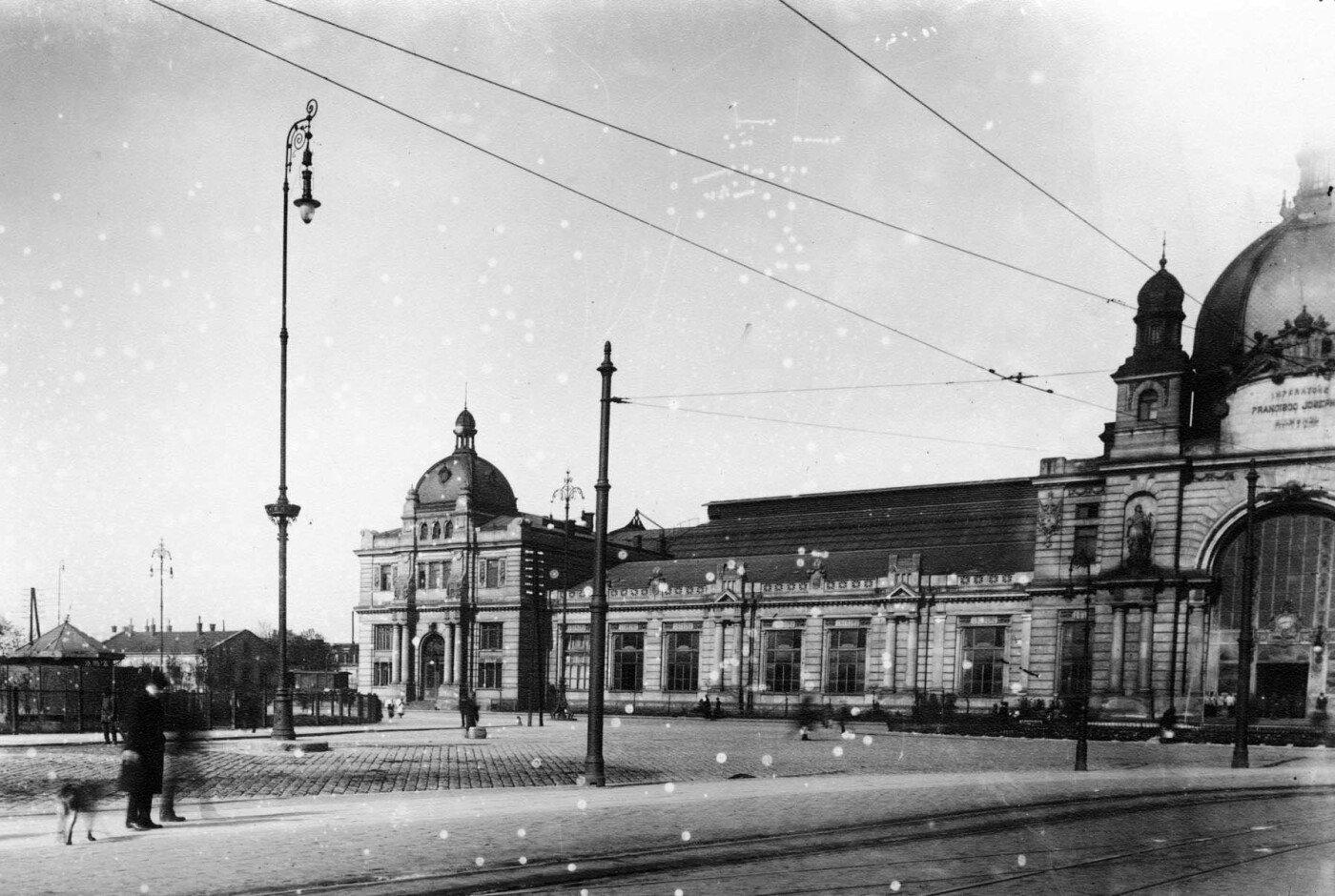 Площа перед Головним залізничним вокзалом