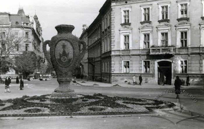 Декоративний квітник у вигляді вази, Фото:uma.lvivcenter.org