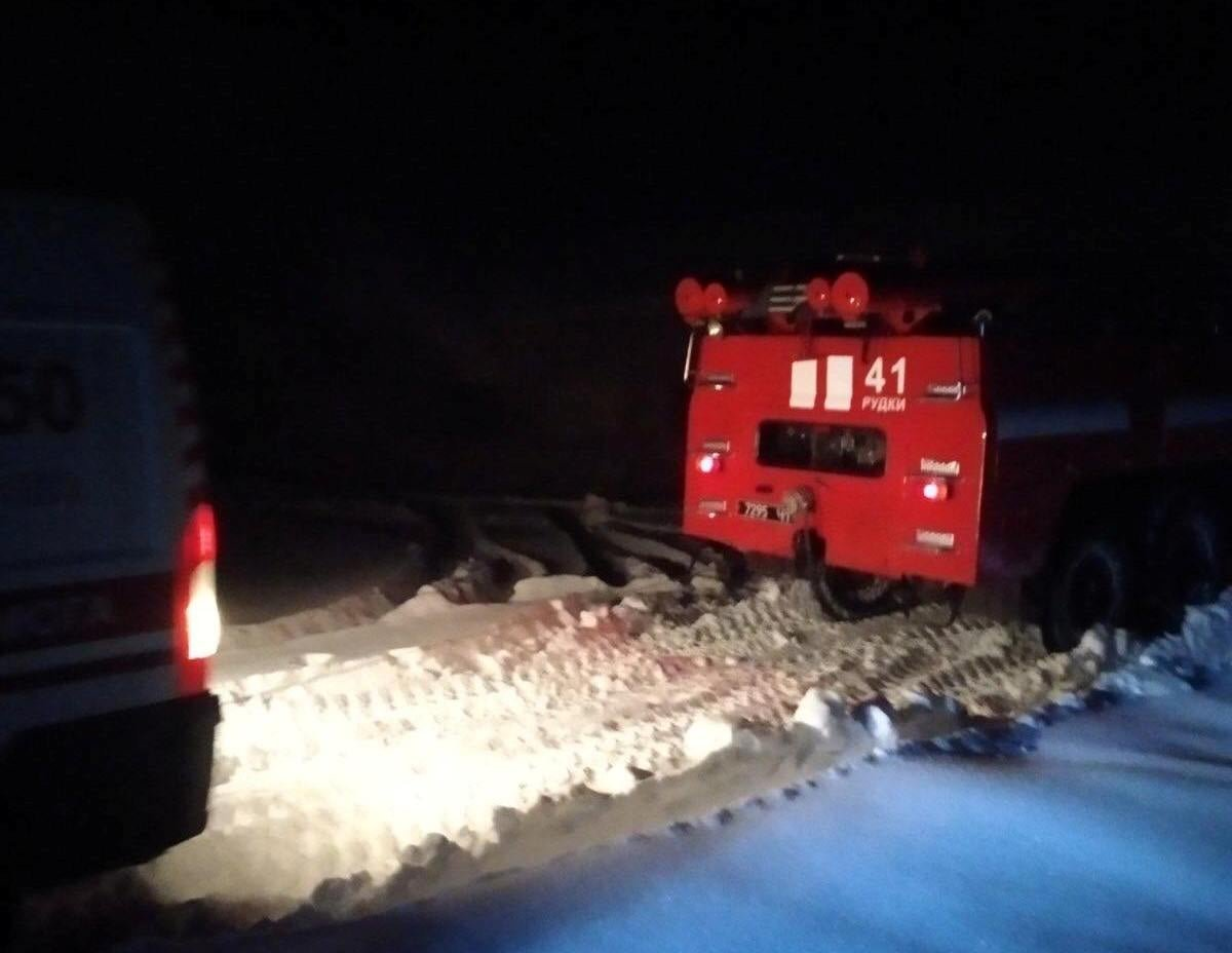 На Львівщині карета швидкої застрягла у снігу, Фото - ДСНС Львівщини