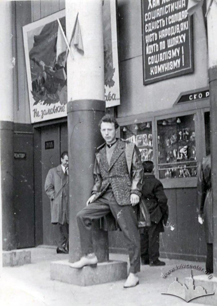 """Люди біля входу до кінотеатру """"Парк"""", Фото: photo-lviv.in.ua"""