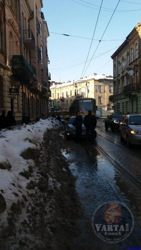 Брили снігу пошкодили у Львові 5 авто, Фото: Варта-1