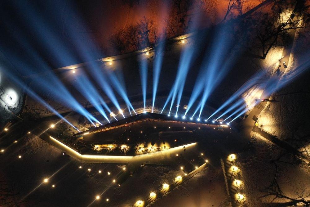 У пам'ять про Небесну Сотню у небо запустили світлові промені, Фото: Роман Балук