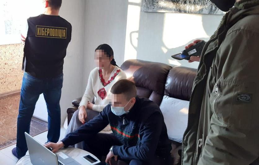Львів'янка розповсюджувала порнографічні фото та відео у мережі, Фото: пресслужби поліції Львівщини