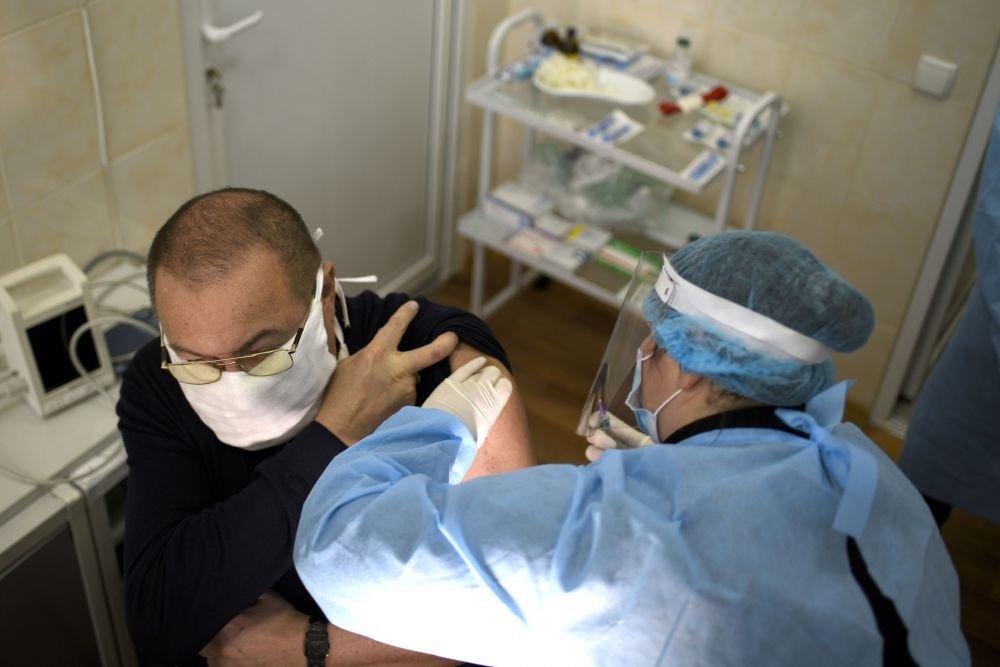Керівника лікарні Сергію Федоренка вакцинували одного із перших у Львові, Фото: Маркіян Лисейко