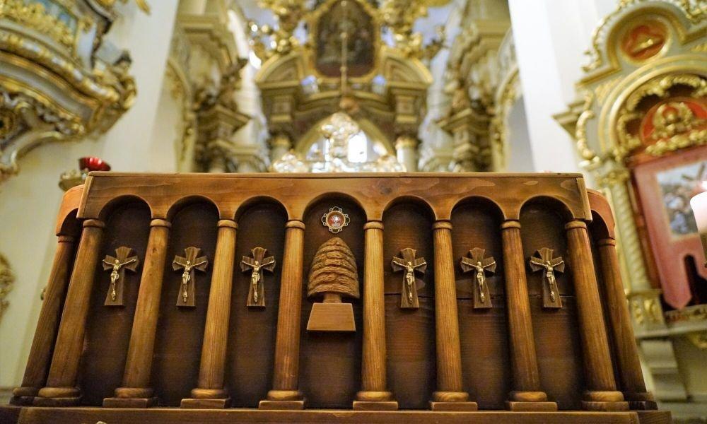 У Соборі св. Юра виставили для почитання гріб з мощами святого Шарбеля, Фото: ЛМР