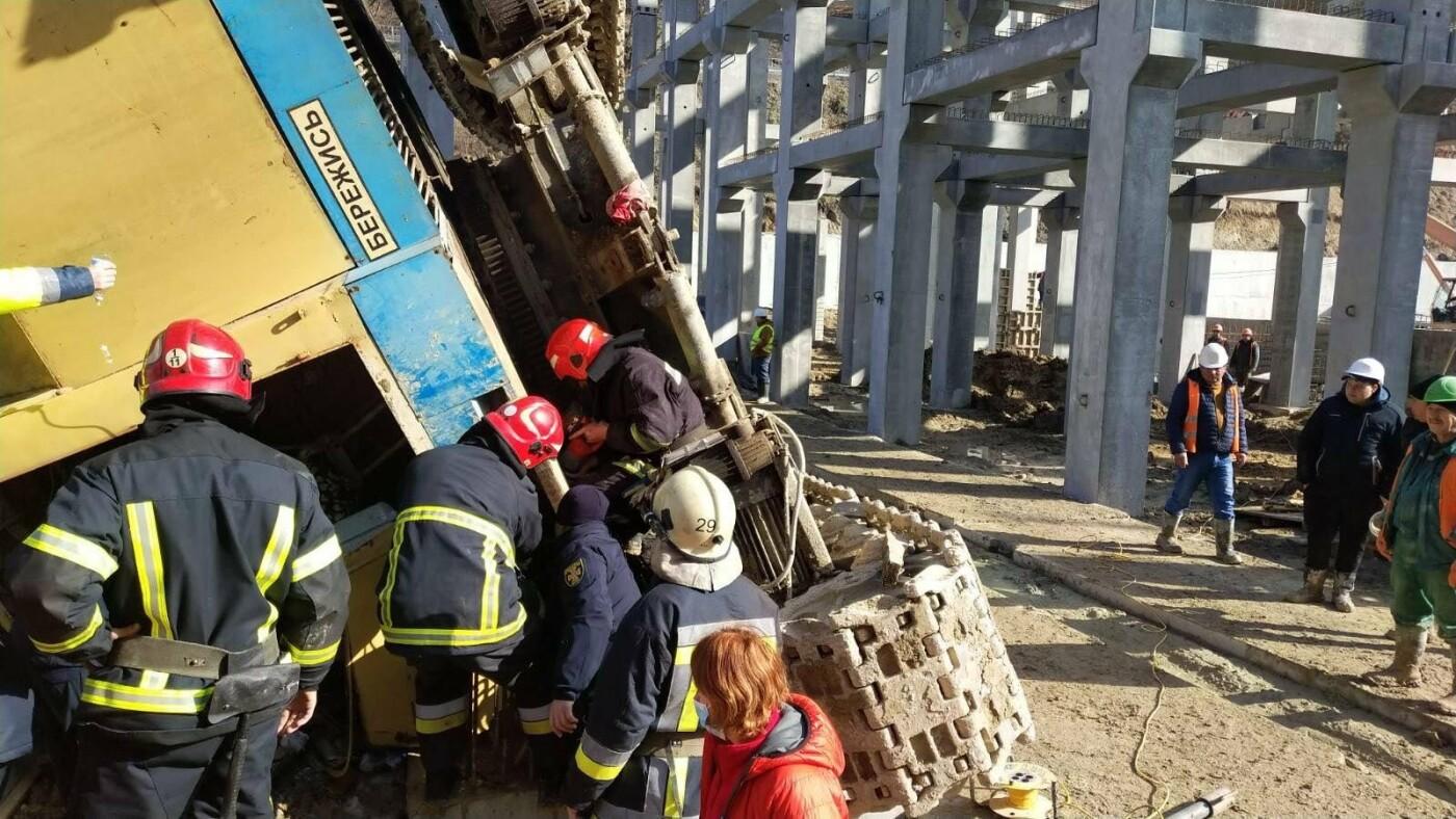Рятувальники вивільнили чоловіка, якого затиснув кран