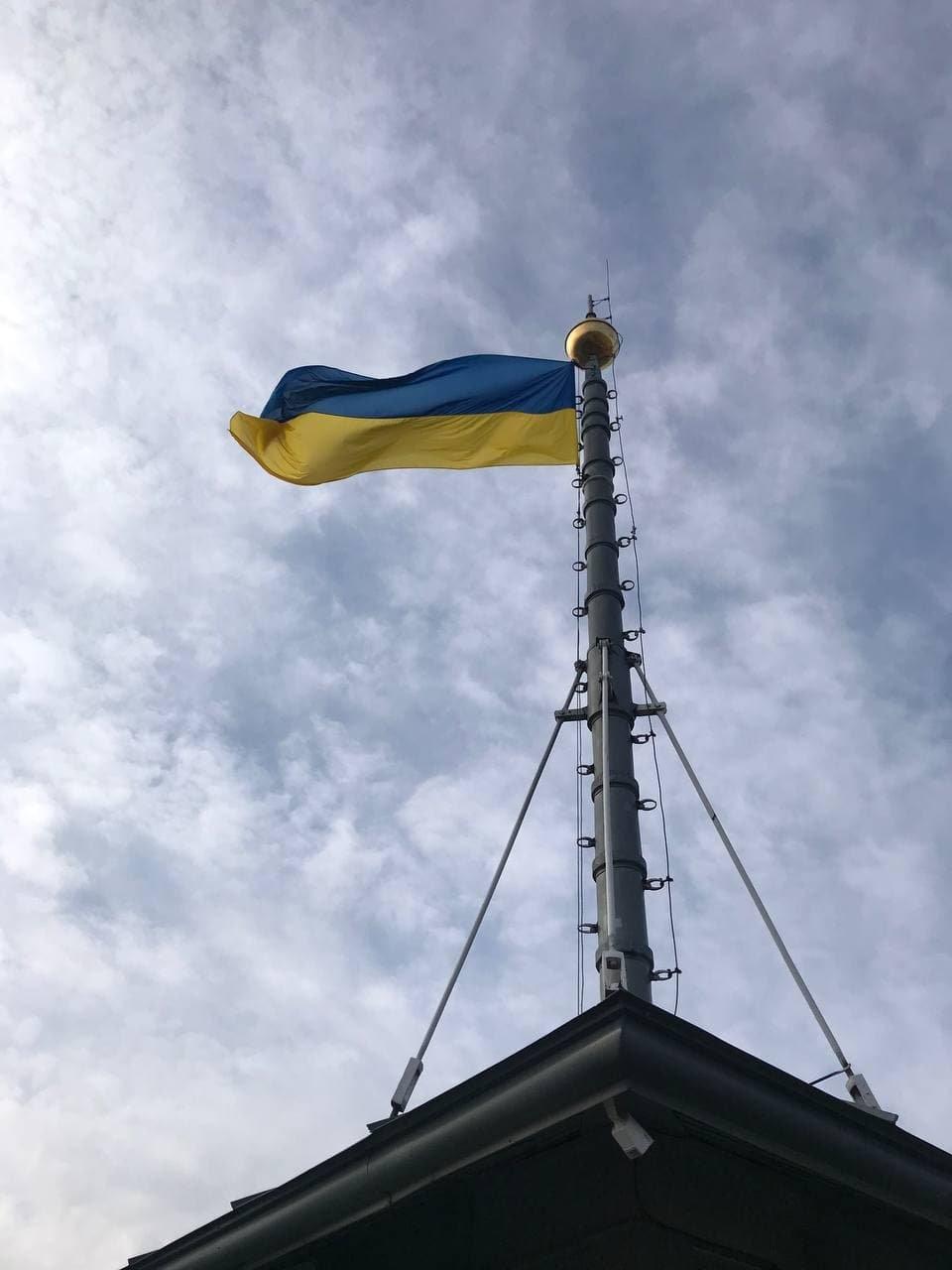 Над вежею львівської Ратуші підняли синьо-жовтий стяг, Фото: ЛМР
