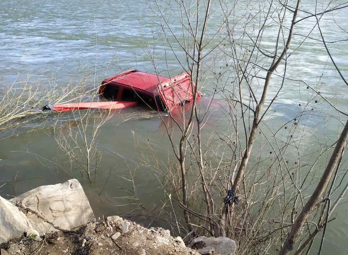 Надзвичайники витягнули автомобіль з річки, якого знесло течією, Фото: пресслужби ДСНС у Львівській області