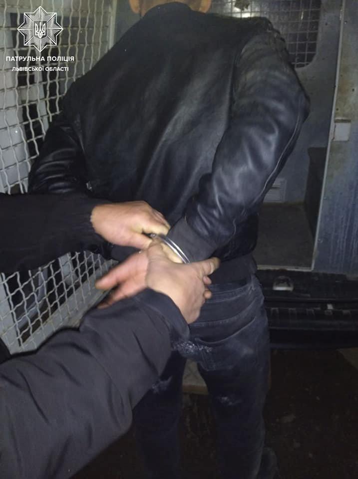 У Львові п'яний чоловік побив двох патрульних, - ФОТО, фото-2