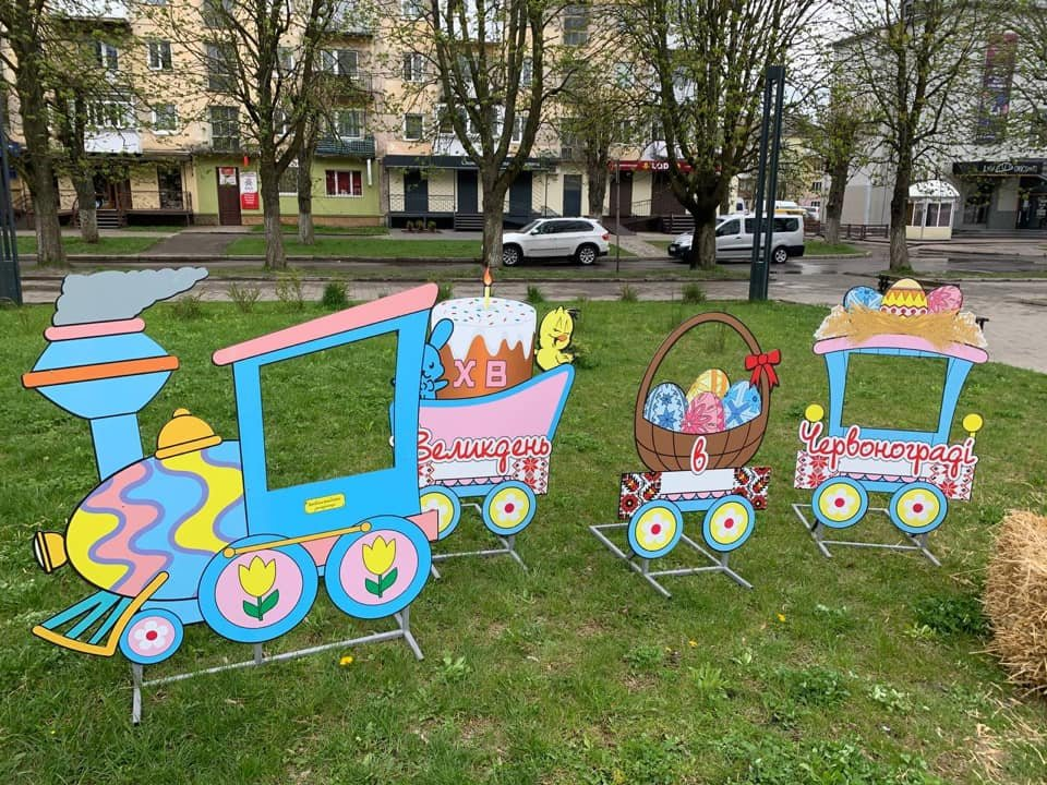 Великдень у Червонограді: прикрасили місто, Фото: Червоноградська міськрада, фейсбук