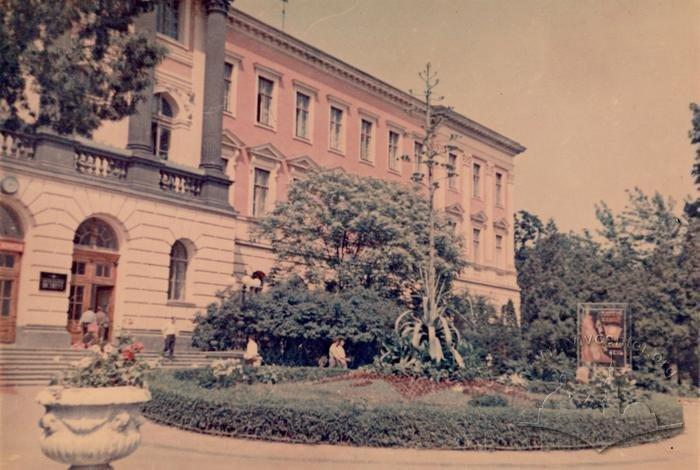 Біля головного корпусу, Фото: lvivcenter.org