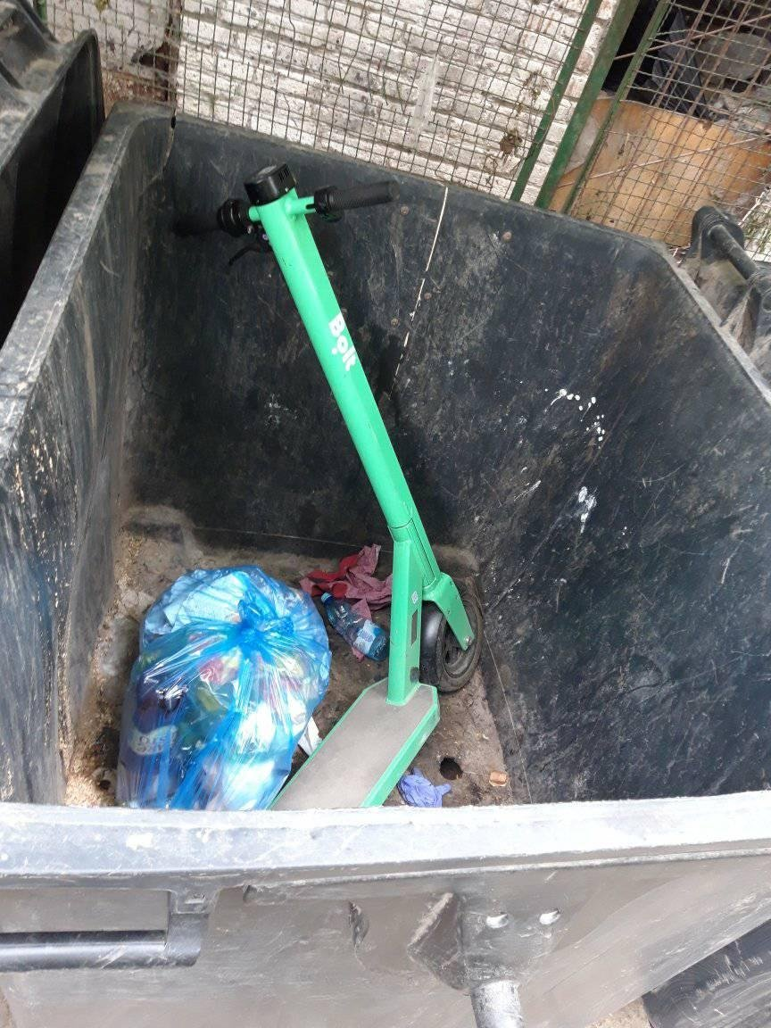 Електросамокат у смітнику, Фото: Таня Урбан, фейсбук