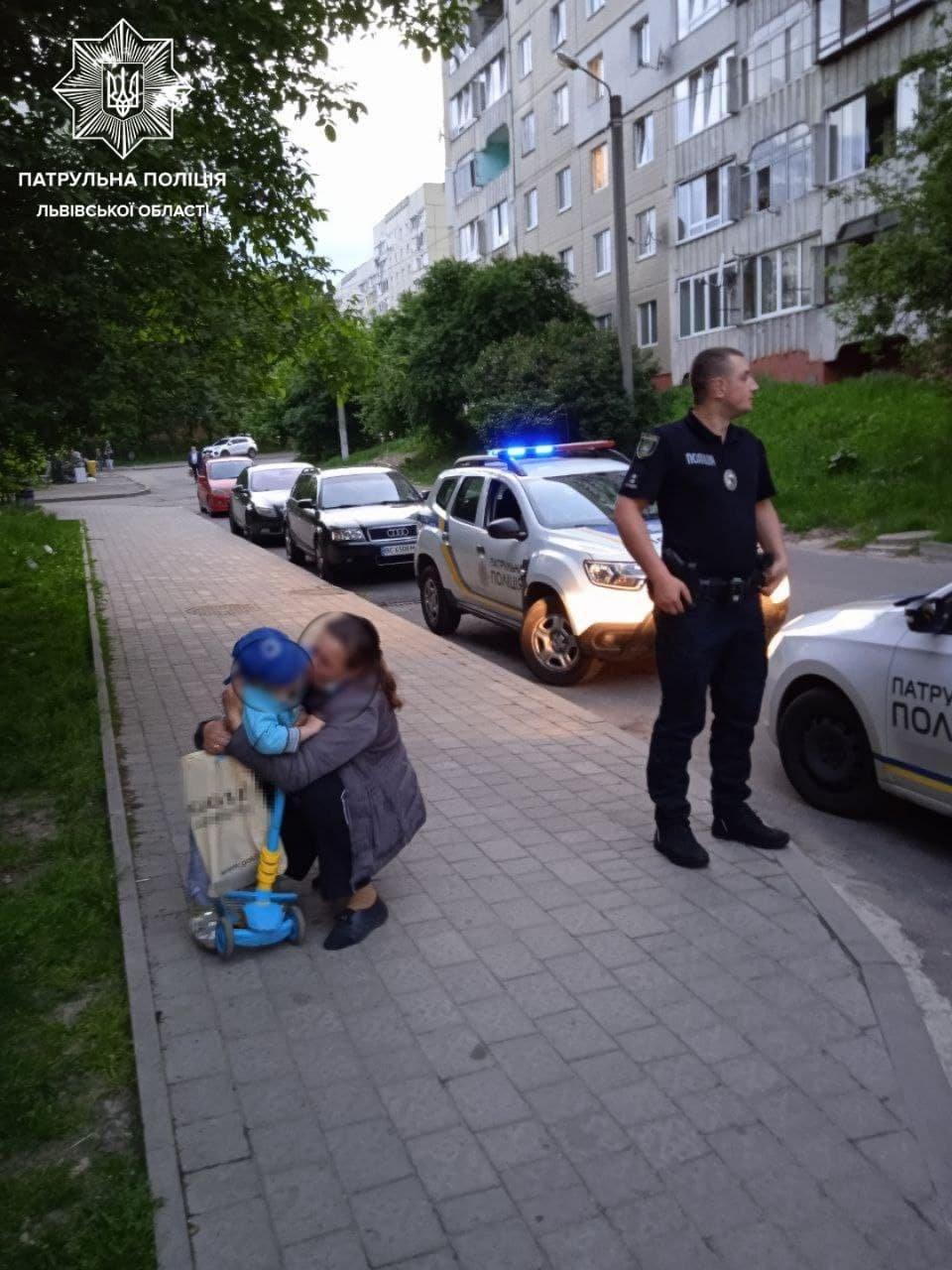"""У Львові 3-річний хлопчик """"втік"""" на самокаті від мами: патрульні знайшли """"гонщика"""", - ФОТО, фото-1, Фото: Патрульна поліція"""