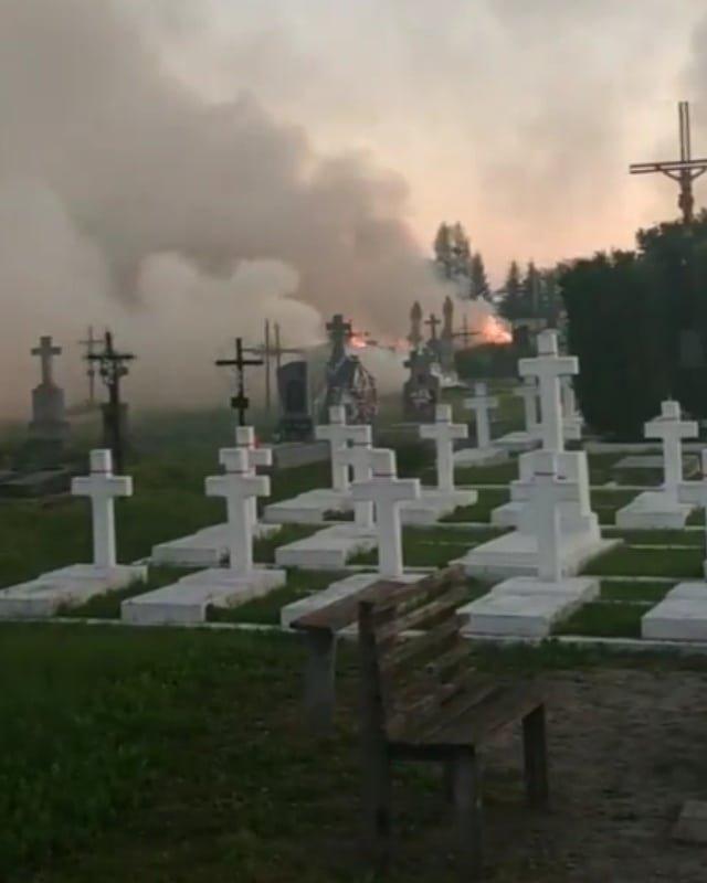 На Львівщині горіло кладовище