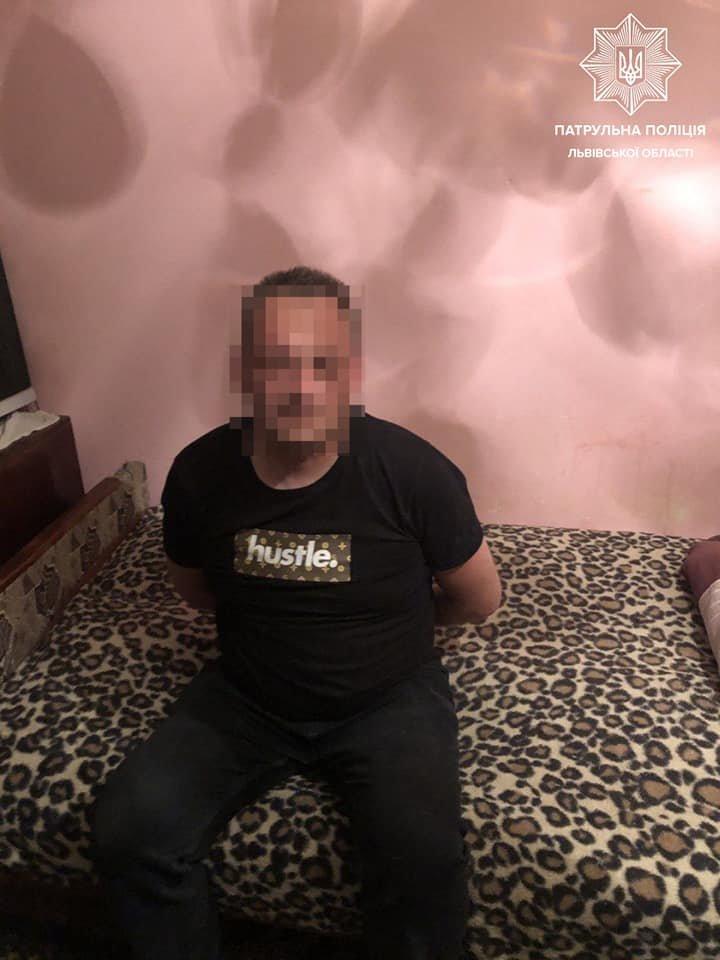 під час виклику про домашнє насильство львів'янин погрожував патрульним предметом схожим на пістолет, Фото: патрульна поліція