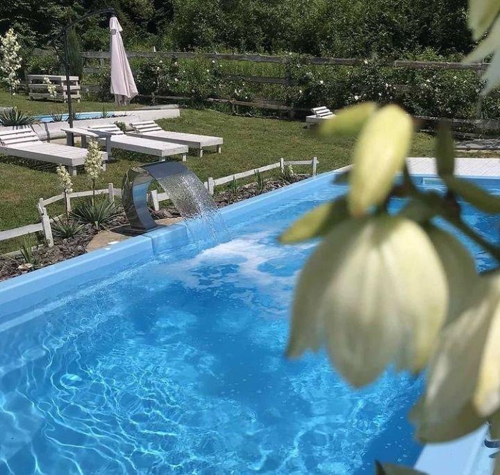 """Відпочинок біля басейну, Фото: Facebook/""""Файний двір"""""""
