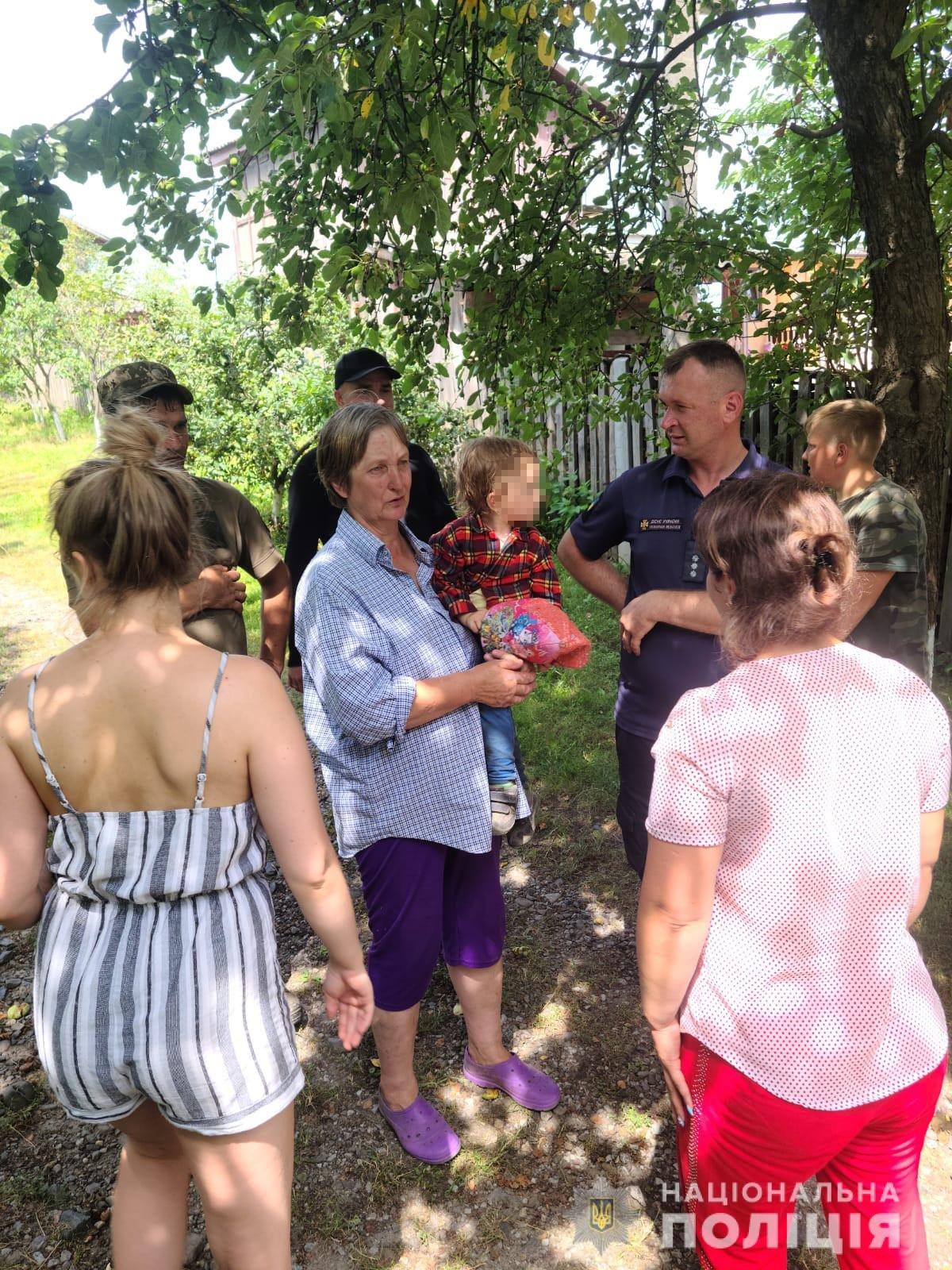 Відійшла від дому на 5 км: на Львівщині розшукали зниклу 2-річну дівчинку, фото-3, Фото: поліція