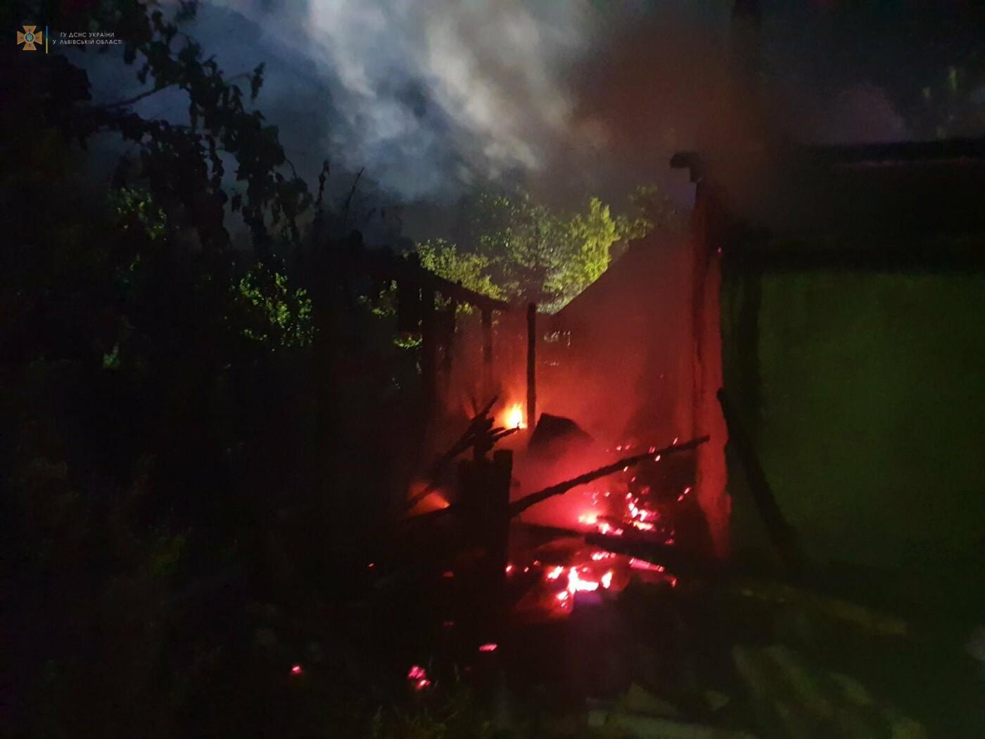 Вогнеборці ліквідували пожежу в дерев'яній господарській будівлі, Фото: пресслужби ДСНС у Львівській області