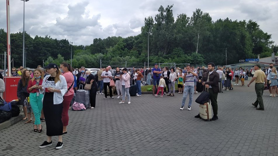 В аеропорту «Львів» виявили підозрілу сумку: йде евакуація людей, - ФОТО, фото-1, Фото: Суспільне