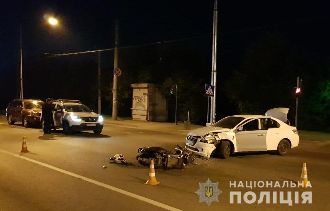 У Львові зіткнулися «Пежо» та скутер: постраждали дві людини, - ФОТО, фото-1