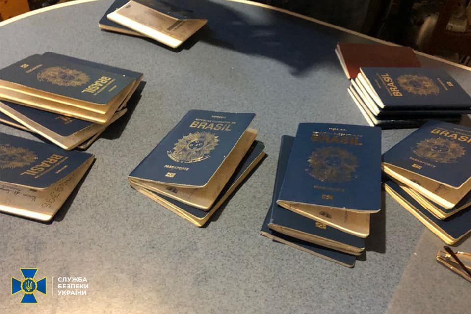 Експоліцейського викрили на нелегальній переправі бразильців до ЄС, Фото: СБУ