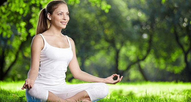 Дівчина медитує щоб зняти стрес