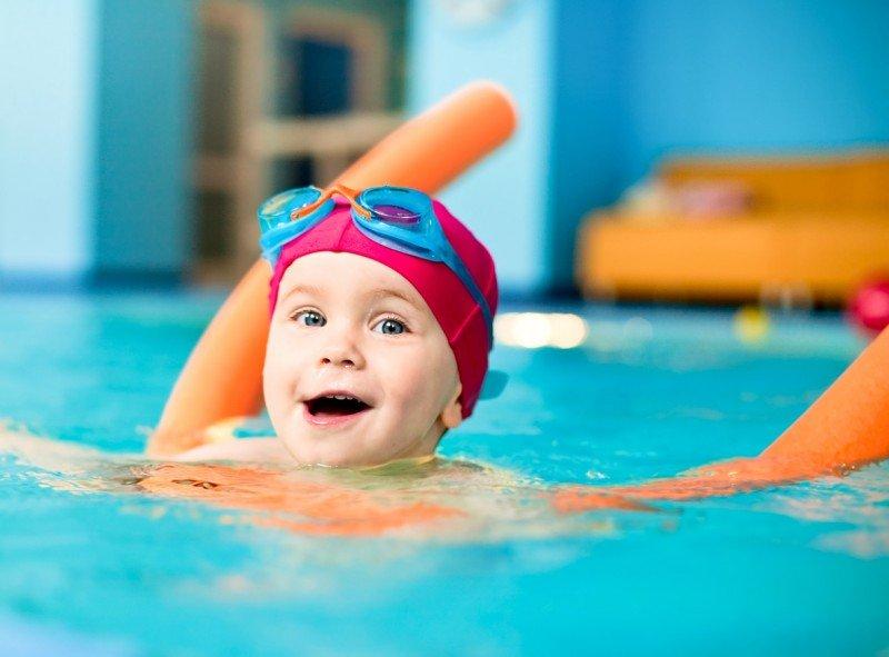 малюк плаває у басейні