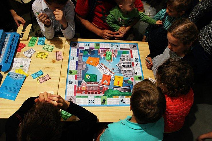 діти грають в монополію