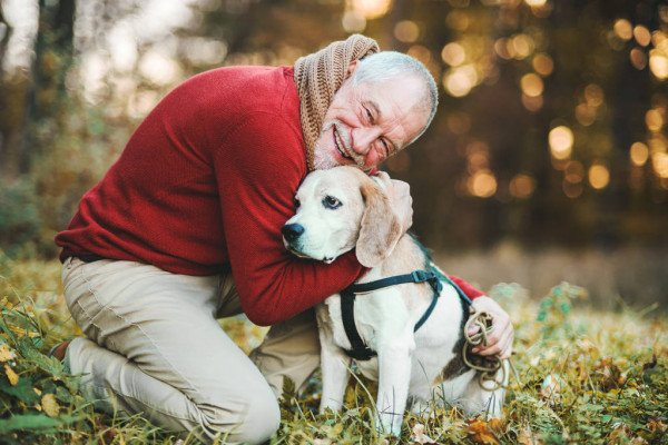 чоловік обіймає свого пса