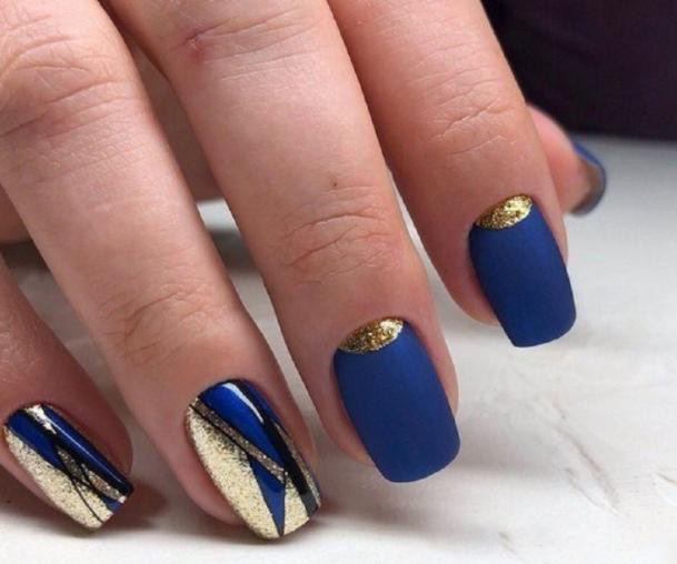синій манікюр із золотими лунками
