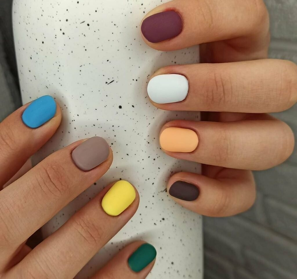 Різнокольорові нігті